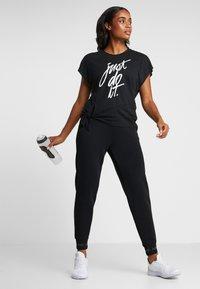 Nike Performance - DRY SIDE TIE  - T-shirt z nadrukiem - black/white - 1