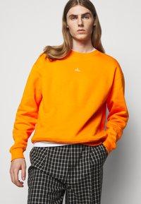 Holzweiler - HANGER CREW UNISEX - Sweatshirt - orange - 5