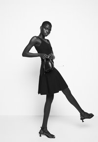 Pinko - GOLF ABITO - Pletené šaty - black - 3
