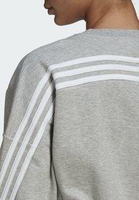 adidas Performance - ADIDAS SPORTSWEAR WRAPPED 3-STRIPES SWEATSHIRT - Sweatshirt - grey - 4
