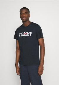 Tommy Jeans - LAYERED GRAPHIC TEE  - T-shirt con stampa - twilight navy - 0