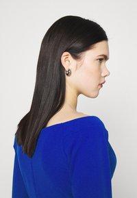 WAL G. - AMELIA V PLUNGE MIDI DRESS - Sukienka z dżerseju - electric blue - 3