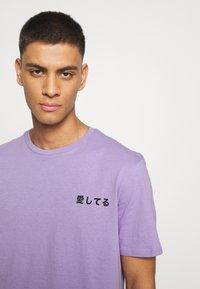 YOURTURN - UNISEX - Print T-shirt - purple - 4