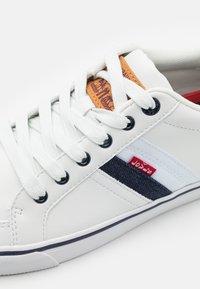 Levi's® - TURNER - Sneakers basse - regular white - 5