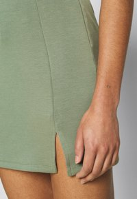 Zign - Mini princess seams skirt high waisted with slit - Pencil skirt - light green - 4