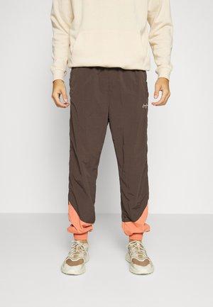 SCRIPT LOGO TRACK PANTS - Trainingsbroek - dark brown
