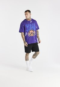 SIKSILK - SPACE JAM DISTRESSED GRAPHIC TEE UNISEX - Print T-shirt - purple - 1
