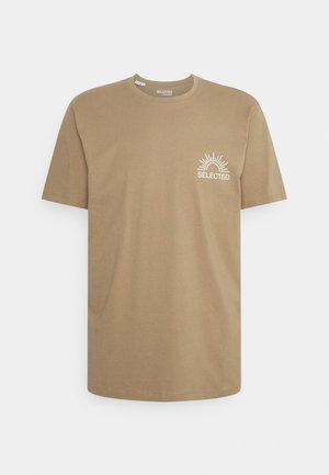 SLHRELAXEDMILO ONECK TEE - Camiseta estampada - kelp
