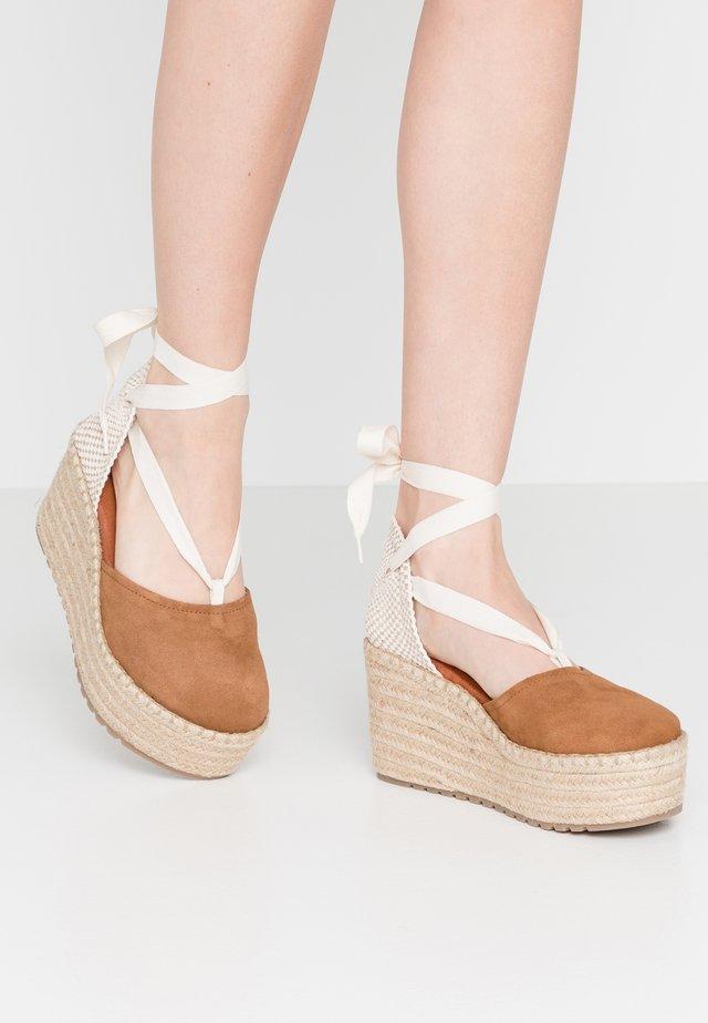 DALTON - Korolliset sandaalit - tan