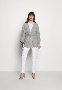 Calvin Klein - SMALL LOGO EMBROIDERED TEE - Jednoduché triko - white - 1
