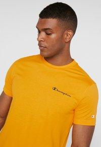 Champion - CREWNECK  - T-shirt con stampa - yellow - 5