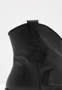 Selected Femme - SLFANNIE CLEAN BOOT - Botki kowbojki i motocyklowe - black - 2