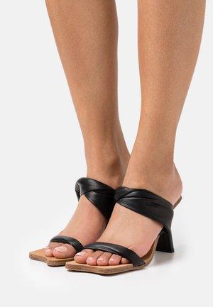 AMANDA - Pantofle na podpatku - black
