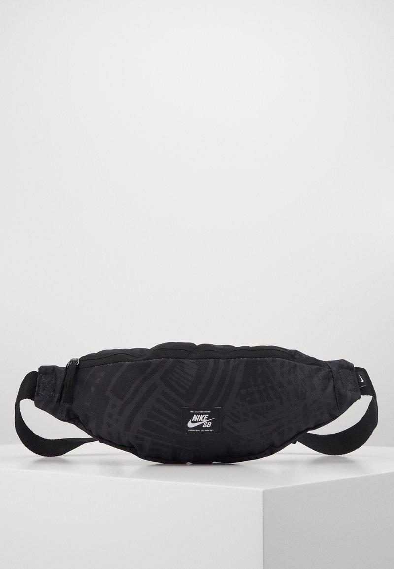 Nike SB - Ledvinka - black/white