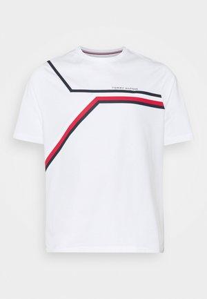 SIGNATURE CHEST STRIPE TEE - Print T-shirt - white
