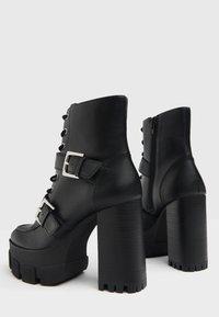 Bershka - MIT SCHNALLEN - Kovbojské/motorkářské boty - black - 4