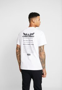 Levi's® - RELAXED GRAPHIC TEE - T-shirt z nadrukiem - text white - 2