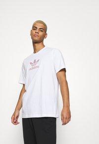 adidas Originals - TREF SERIES TEE UNISEX - T-shirt imprimé - white - 3
