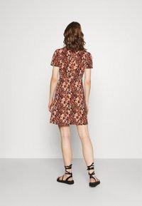 Pieces - PCEMANUELLE DRESS - Vestito di maglina - duna/black - 2