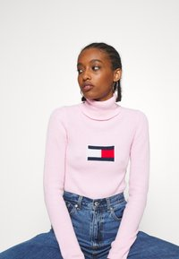 Tommy Jeans - FLAG ROLL NECK - Svetr - romantic pink - 3