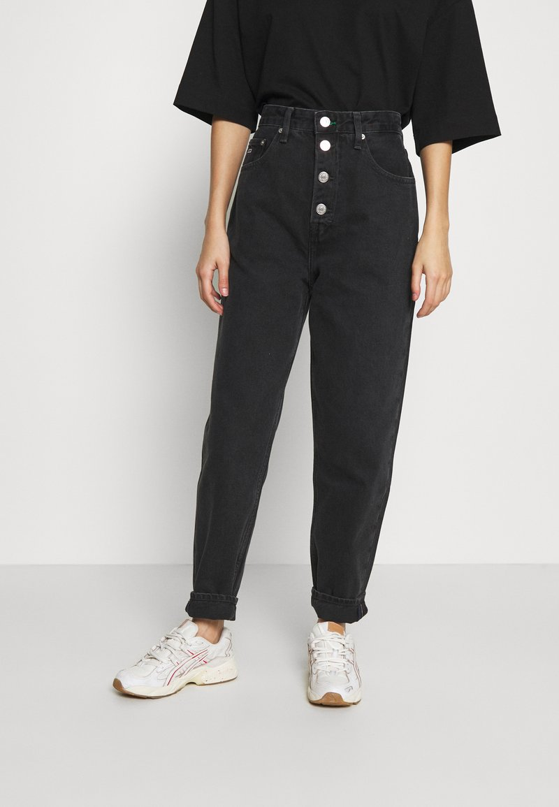 Tommy Jeans - MOM JEAN HR TPRD BF TJSBKR - Relaxed fit jeans - tj save fa black rig