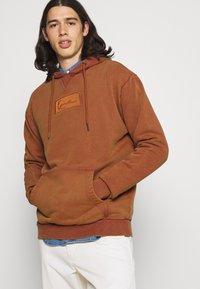 Karl Kani - SMALL SIGNATURE BOX WASHED HOODIE UNISEX - Sweatshirt - dark orange - 4