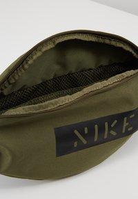 Nike Sportswear - HERITAGE HIP PACK - Bum bag - medium olive/white - 4