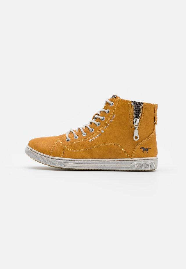 Sneaker high - gelb