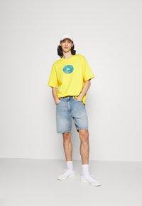 adidas Originals - DOH TEE - T-shirt med print - super yellow - 1