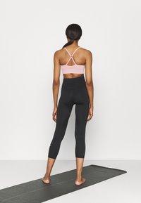 Nike Performance - INDY SEAMLESS BRA - Reggiseno sportivo con sostegno leggero - pink glaze/white - 2