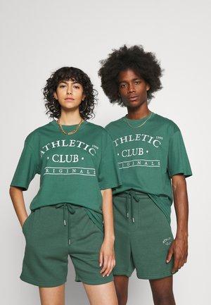 JORTOBIAS TEE CREW NECK FRONT BIG UNISEX  - Print T-shirt - trekking green
