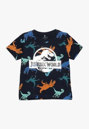 NMMJURASSIC TITAN - Print T-shirt - dark sapphire