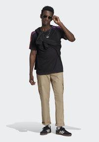 adidas Originals - STRIPE UNISEX - Camiseta estampada - black/multicolor - 1
