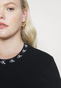 Calvin Klein Jeans Plus - PLUS LOGO TRIM TEE - Print T-shirt - black - 4