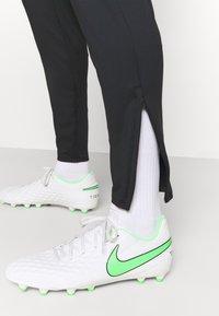 Nike Performance - FC PANT - Spodnie treningowe - black/iridescent/habanero red - 4