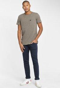 Lee - ULTIMATE POCKET TEE - T-shirt basic - utility green - 1