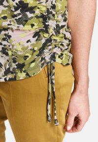 Gerry Weber - 1/2 ARM - T-shirt imprimé - schilf olive druck - 2