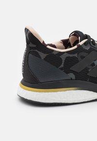 adidas Performance - SUPERNOVA X MARIMEKKO - Juoksukenkä/neutraalit - grey six/core black/gold metallic - 5