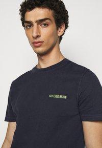 Han Kjøbenhavn - CASUAL TEE - Basic T-shirt - mood indigo - 4