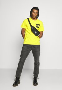 The North Face - FINE TEE - Print T-shirt - tnf lemon - 1
