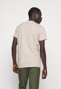 Les Deux - EMBOSSED ENCORE  - Basic T-shirt - light brown melange - 2