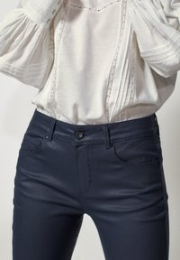 Massimo Dutti - MIT GUMMIERTEM FINISH - Jeans Skinny - dark blue - 3