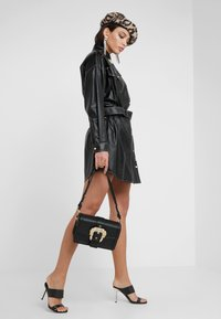 Versace Jeans Couture - BELT BUCKLE BAG PLAIN - Schoudertas - nero - 1