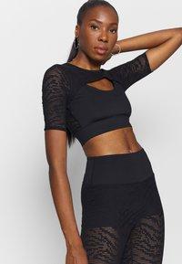 Good American - ZEBRA - Basic T-shirt - black - 4
