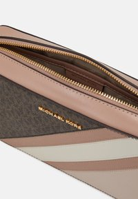 MICHAEL Michael Kors - JET CROSSBODY COLOUR BLOCK - Across body bag - brown/softpink - 3
