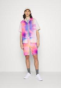 Calvin Klein Jeans - PRIDE SHORT UNISEX - Shorts - multicoloured - 1