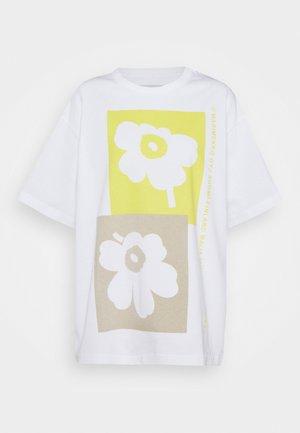 CREATED OHJE KIVET - Triko spotiskem - off-white/yellow/beige