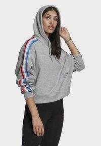 adidas Originals - ADICOLOR ORIGINALS LOOSE SWEATSHIRT HOODIE - Luvtröja - grey - 0