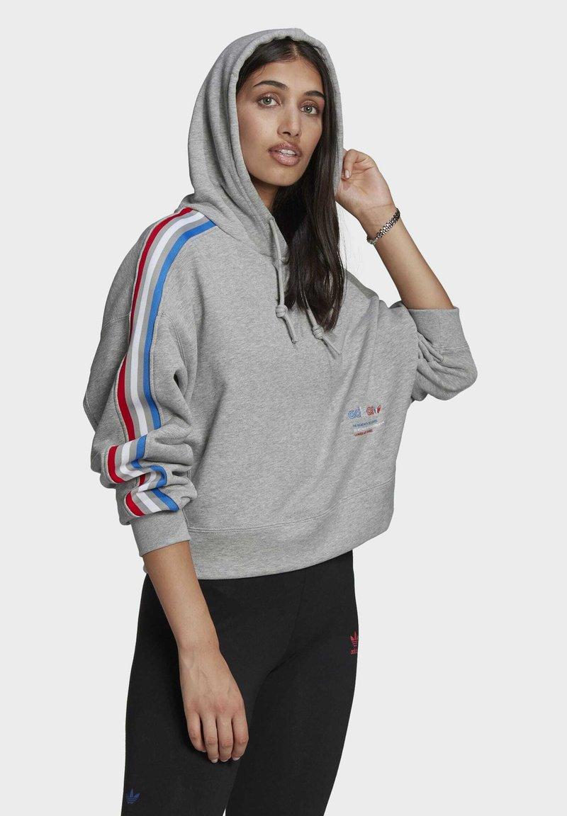 adidas Originals - ADICOLOR ORIGINALS LOOSE SWEATSHIRT HOODIE - Luvtröja - grey