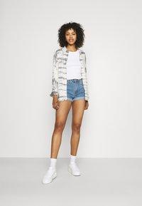 Missguided - HIGHWAISTED TURN UP  - Denim shorts - blue - 1